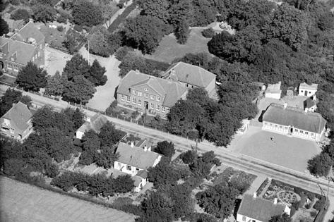 Luftfoto 1939 af Thurø skole - sognefogedgården ses th.